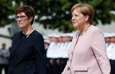 Анегрет Крамп-Каренбауер и Ангела Меркел на церемония по повод 75-ата годишнина от опита на германското съпротивително движение да убие Адолф Хитлер СНИМКИ: Ройтерс