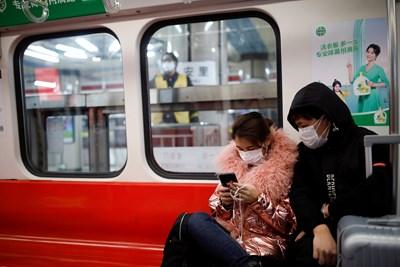 В Пекин хората пътуват с маски в метрото Снимка: Ройтерс