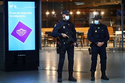 Полицейски части в Мадрид Снимки: Ройтерс