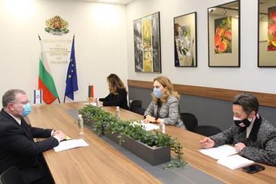 Вицепремиерът Марияна Николова и Н. Пр. Йорам Елрон - посланик на Израел, обсъдиха провеждането на двустранен бизнес форум в туризма. Снимка: Министерство на туризма