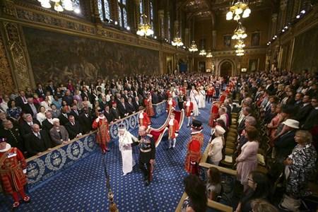 Кралица Елизабет Втора и принц Филип влизат в тържествена процесия в Камарата на лордовете за откриването на сесията на парламента в Лондон.