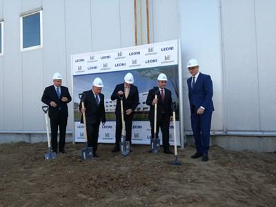 Министърът на икономиката Емил Караниколов и директорът на агенцията за инвестициите Стамен Янев бяха сред официалните гости, направили първа копка на завода през септември миналата година. Снимка: Архив