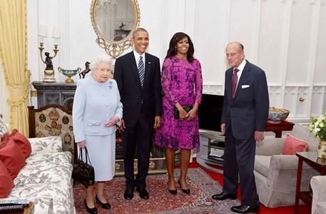 Елизабет II и съпругът  принц Филип посрещат Барак Обама и жена му Мишел в Дъбовата стая на двореца Уиндзор, преди официалния обяд.