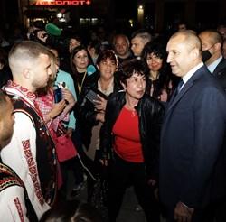 Късно в понеделник президентът Румен Радев беше в Бяла черква за 145 г. от Априлското въстание и 45-ата годишнината от обявяването и? град.