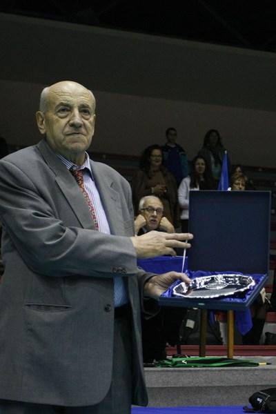 Брунко Илиев получава почетен плакет от федерацията по волейбол за 70-годишнината си. СНИМКА: Lap.bg