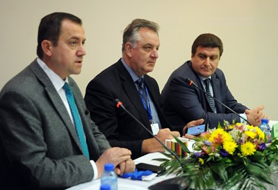 Огнян Златев, Андрей Делчев и Валентин Златев на конференцията за пазара на горива.