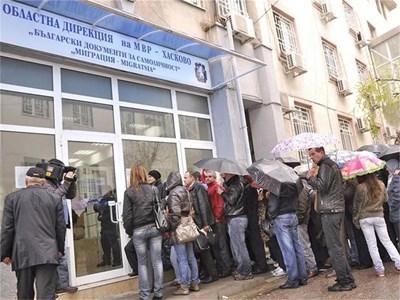 """От МВР съветват хората да избързат със смяната на документите в първите месеци на 2011 г., когато се очаква опашките да са по-малки.  СНИМКА: """"24 ЧАСА"""""""