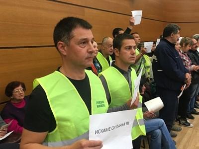 Асен Костов (вляво) с жълта жилетка на една от сесиите на общинския съвет в Пловдив, когато се бореше за един парк. Снимка: Авторът СНИМКА: Радко Паунов