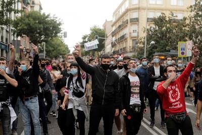 Жители на Мадрид и околностите се събраха днес на протест срещу обявените в петък ограничителни мерки в кварталите с най-голям риск от разпространение на заразата.