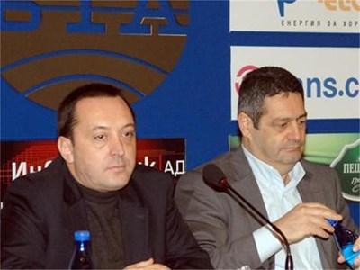 Николай Велков (вляво) и Любомир Весов представиха тяхната гледна точка за ареста на адвоката. СНИМКА: ПАРСЕХ ШУБАРАЛЯН
