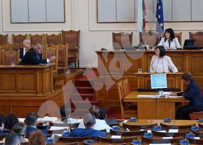 Бойко Борисов се опитва да успокои Корнелия Нинова.  СНИМКА и ВИДЕО: Десислава Кулелиева СНИМКА: 24 часа