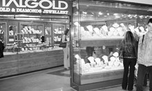 """Криминален архив: Измамници от """"Магура"""" обрали злато от ЦУМ. Беглецът от бандата можел да вземе заложници"""