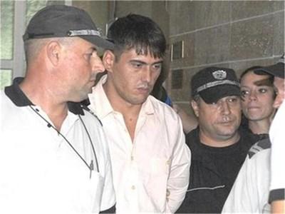 Полицаи водят Лазар Колев в съда.  СНИМКА: АРХИВ, АТАНАС КЪНЕВ