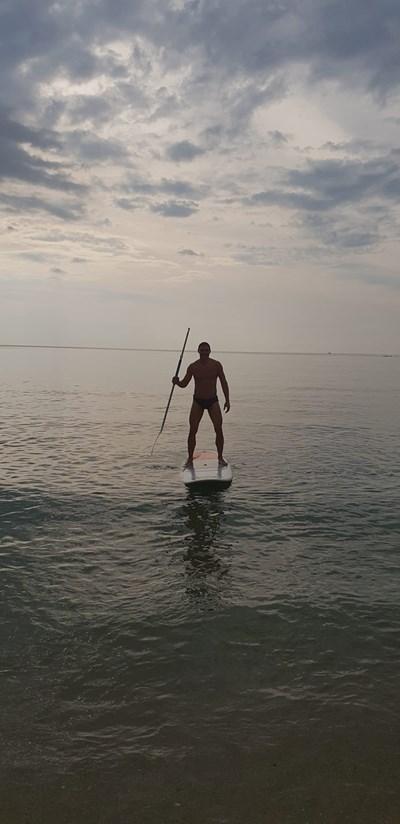Волейболната легенда е успял да се задържи върху спокойната вода.