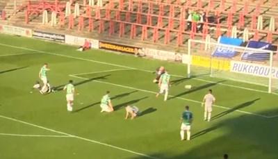 Лукоки (на земята) вкарва гола си във вратата на уелсците.