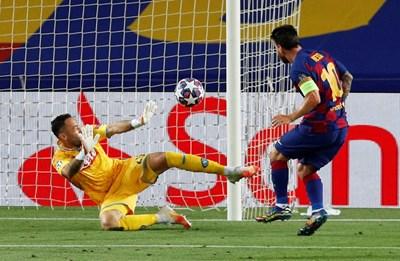 Лионел Меси вкарва гола си във вратата на Давид Оспина. СНИМКА: РОЙТЕРС