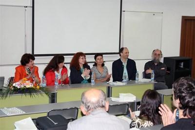 Световноизвестният архитект и преподавател Лоренцо Алонсо /вдясно с брадата/ от Испания коментира със студенти идеи за модерния град във Варненския свободен университет.