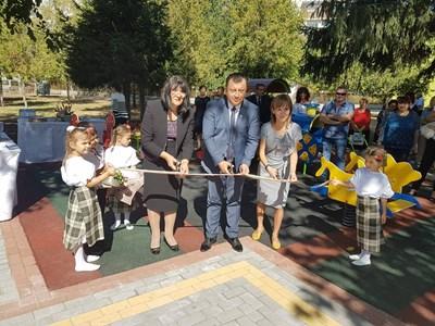 Кметът инж.Емануил Манолов преряза лентата на новите детски съоръжения