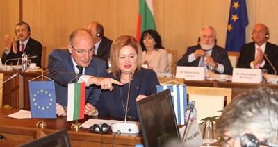 Теодора Георгиева, изпълнителен директор на ICGB, подписва поредния документ по време на петата среща на високо равнище за междусистемно свързване в Централна и Югоизточна Европа CESEC. СНИМКА: Румяна Тонева