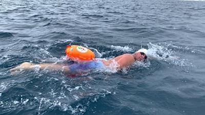 Петър Стойчев плува в ледените води край Антарктида.