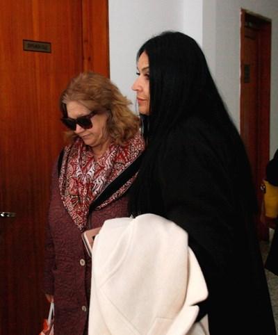 Веселина Гинева (вляво) влиза в съда с адвокатката си Веселина Василева.