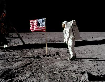 Бъз Олдрин до американското знаме на Луната. Той е трябвало да бъде първия там според НАСА.