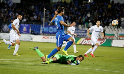 """Филипе Нашименто праща топката във вратата на """"Славия"""", за да открие резултата на стадиона в """"Овча купел"""".  Снимка: сайт на """"Левски"""""""