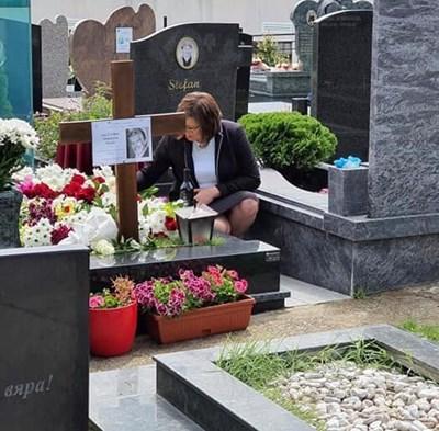 Тази своя снимка на гроба на Стефан Данаилов пусна Корнелия Нинова във фейсбук.