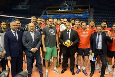 Премиерът Бойко Борисов с мъжкия национален отбор преди старта световното първенство 2018, на което България бе съдомакин с Италия. Снимка БФВолейбол
