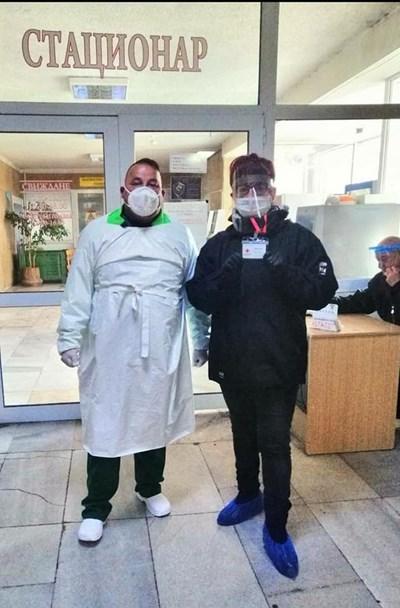 Илия Савов (в ляво) вече втора седмица е доброволец в Спешното отделение на Смолян.