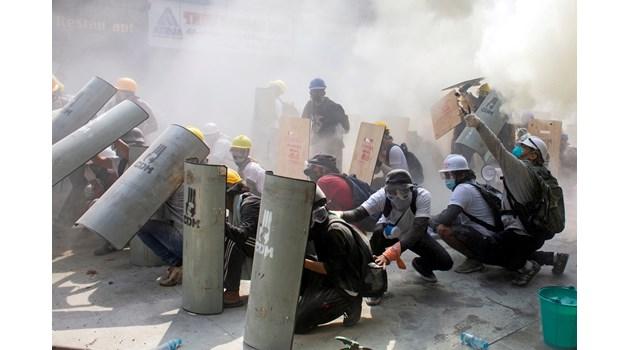 Кървав ден в Мианмар! Застреляни са 18 демонстранти, 30 са ранени