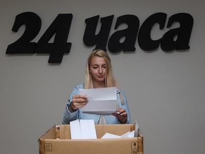 Репортерката Мария Милкова изтегли печелившия тази седмица. СНИМКА: Николай Литов