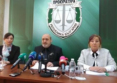 Апелативният прокурор на Бургас Любомир Петров  и заместниците му Йовита Григорова /вляво/ и Иванка Козарова.