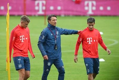 """Микаел Кюзанс (вляво) и Филипе Коутиньо излизат за първата си тренировка под ръководството на Нико Ковач в """"Байерн"""". СНИМКА: РОЙТЕРС"""