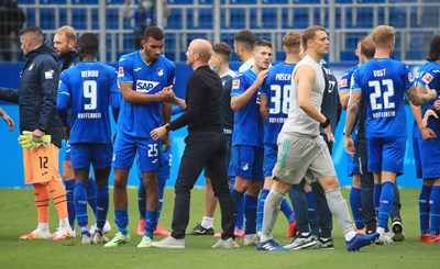 Себастиан Хьонес поздравява момчетата си след края на мача. СНИМКА: РОЙТЕРС