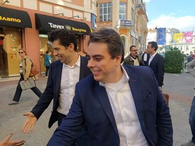 Кирил Петков и Асен Василев се появиха с 15 минути закъснение. Снимки: Авторът
