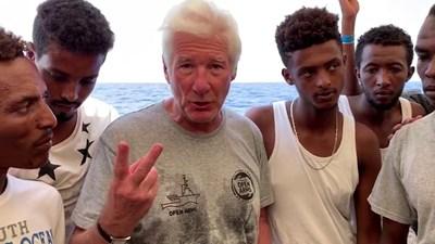 Ричард Гиър се снима с мигрантите на кораба и призова за помощ СНИМКИ: Ройтерс
