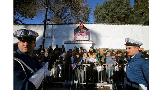 В Алжир погребаха генерал Ахмед Гаид Салах с почести като държавен глава