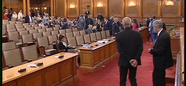 Бъркотия в парламента! Депутатите не знаят дали махнаха охраната на Гешев