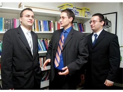 """2005 г. - кадрите на ИПИ Мартин Димитров, Георги Ангелов и Димитър Чобанов (отляво надясно), тогава кандидат-депутати от ОДС. СНИМКА: """"24 ЧАСА"""""""