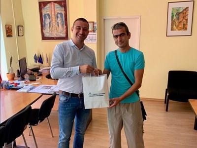 Димитър Колев /вляво/ награди Мариян Юруков.
