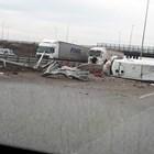 Бус се преобърна на Северната скоростна тангента до София, шофьорът е пострадал