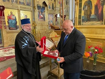 Премиерът Бойко Борисов получи благодарствен знак от името на Старозагорската света митрополия за възстановяването на храма в град Шипка. СНИМКА: ФЕЙСБУК НА БОЙКО БОРИСОВ