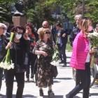 """Сбогуването с Ваня Костова събра много нейни колеги на едно място пред столичната църква """"Свети Седмочисленици"""". Сред тях бе и Мими Иванова (на снимката)."""