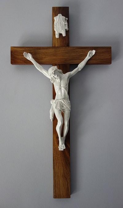 Католическо разпятие с три пирона.  Според православието са четири.