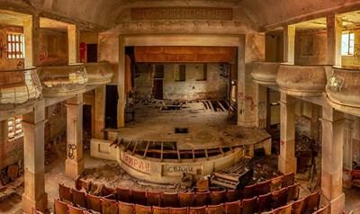 """Така изглежда сега зрителната зала в читалището на град Шипка. Това е снимката, които разбуниха духовете в социалните мрежи. Снимка: Блог """"Машина на времето"""""""