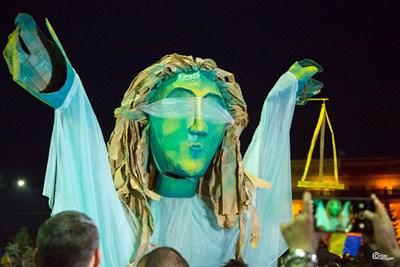 Статуя на гръцката богиня на правосъдието Темида бе редом до протестиращите в Букурещ. СНИМКА: РОЙТЕРС