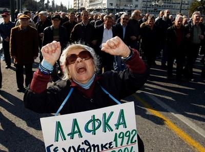 По време на кризата пенсионерите в Гърция многократно излизаха на протести заради орязването на пенсиите си. СНИМКА: РОЙТЕРС