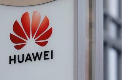 """Логото на """"Хуавей"""" на офис сградата във Варшава Снимка: Ройтерс"""