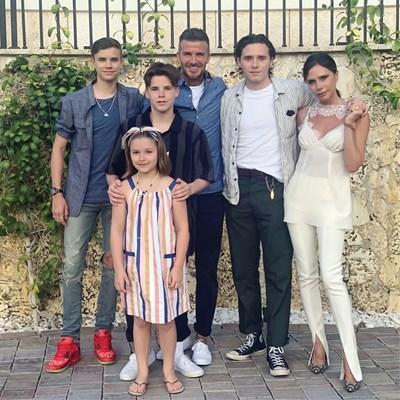 Виктория Бекъм често показва в инстаграм как Дейвид се старае да зарадва четирите си деца. СНИМКА: РОЙТЕРС